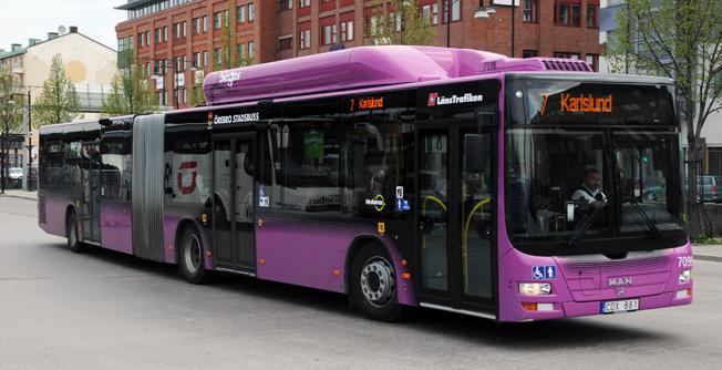 Gasbussarna i Örebro krånglar när de delvis måste köras på fossil naturgas. Nu har Nobina tröttnat och stämmer Länstrafiken. Foto: Ulo Maasing.