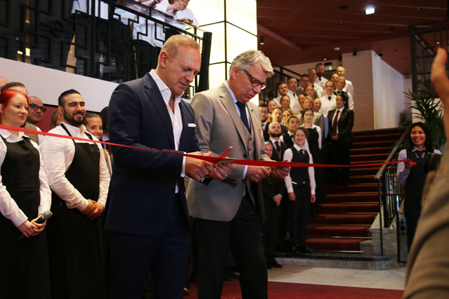 Scandics koncernchef Frank Fiskers och hotellchefen Lars Sandberg inviger nya  Haymarket by Scandic  i Stockholm.