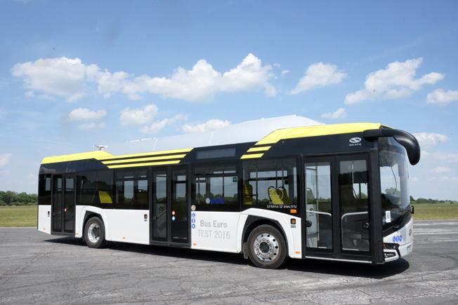 Solaris presenterar nu sin nya Urbino i helelektrisk version (bjlden) och som hybridbuss. Foto: Ulo Maasing.