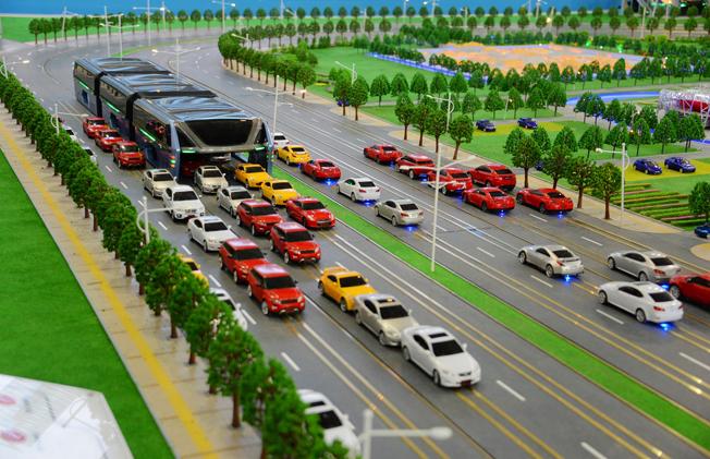 Ett kinesiskt företag presenterade nyligen den verkliga superbussen med plats för 1400 passagerare.