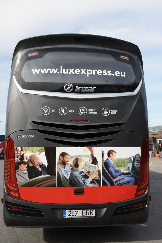 Marknadsföringen på bussarnas baksida riktar sig i hög grad till bilister.