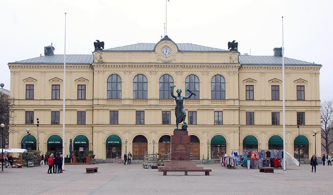 Värmlands Tingsrätt häktade på rosdagen tolv av de misstän kta i den stora smuggelhärvan med buss som vi tidigare rapporterat om. Fler häktningsförhandlingar äger rum på fredagen. Foto: Janee/Wikimedia Commons.