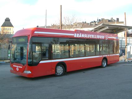 Daimlerkoncernen har arbetat med elektromobilitet i mer än 40 år. 2003 satte SL in ett par bränslecellsdrivna Citaro i Stockholmstrafiken som en del i ett europeiskt utvecklingsprojekt där åtta städer deltog. Foto: AB Storstockholms Lokaltrafik/Jan E Svensson.