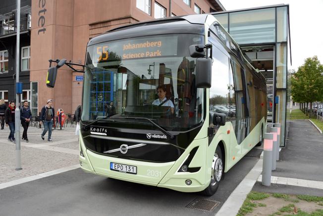 Elbussprojektet i Göteborg firar nu ettårsjubileum. Här rullar en av bussarna ut från inomhushållplatsen på Lindholmen. Foto: Ulo Maasing.