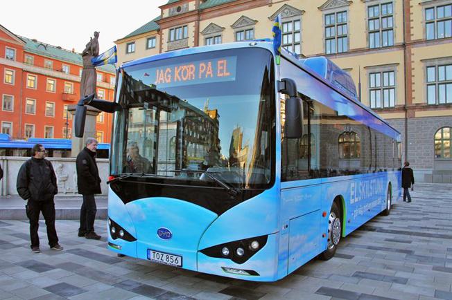 Buss som gett mersmak. Efter ett halvårs pilotprojekt med två elbussar från BYD ska Eskilstuna satsa på ytterligare tio sådana bussar. Foto: Eskilstuna kommun.