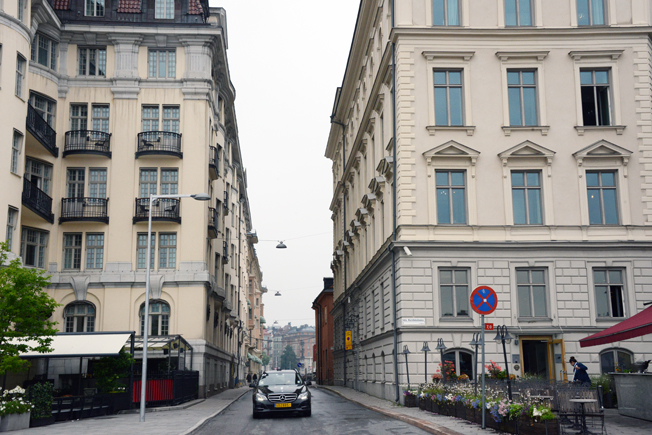 På den fem meter breda Hovslagargatan på Blasieholmen i Stockholm ska massor av turistbussar köra –och mötas. Kaos hotar när Nobel Center öppnar skriver artikelförfattaren. Foto: Ulo Maasing.