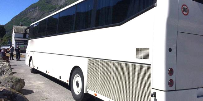 Den här turistbussen stoppades i Nordfjord i Norge på onsdagen. Bussen fick inte fortsätta innan föraren hade fått vila ett dygn. Foto: Statens Vegvesen.