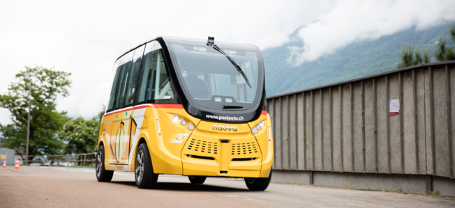 En av de självkörande småbussar som schweiziska Postauto nu har satt i trafik. Foto: Postauto.
