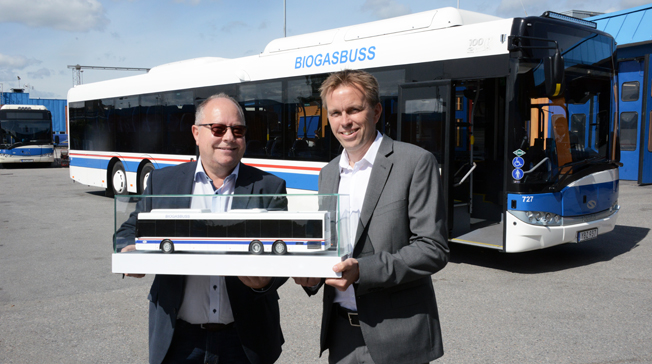 Klaus Hansen, vd för Solaris Sverige passade på att lämna över en extra buss till Västerås Lokaltrafiks vd Peter Liss i samband med att Solaris levererade sin 100:e buss till trafikföretaget. Foto: Ulo Maasing.