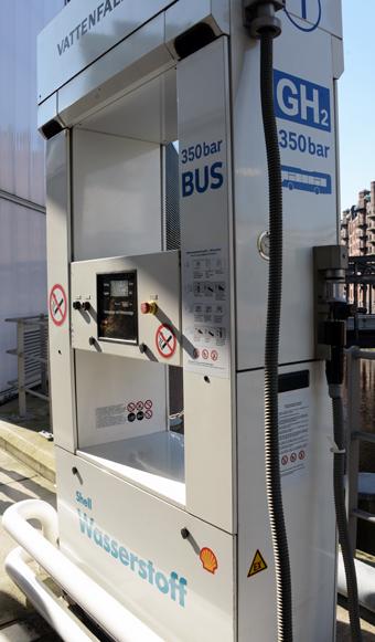 Dyrt. Vätgasmack för såväl bussar som privatbilar i Hamburg – men det kostar 10 – 15 miljoner kronor att anlägga en sådan mack. Foto: Ulo Maasing.
