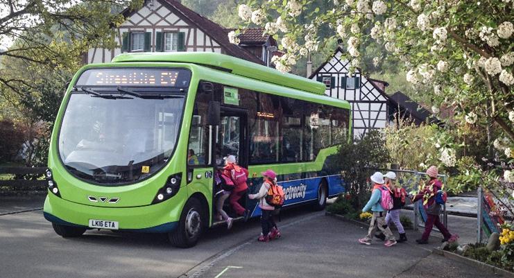Nordirländska Wrightbus är på Europaturné för att visa upp sin elbuss StreetLite EV.Här provåker schweiziska skolbarn bussen. Foto: Wrightbus.