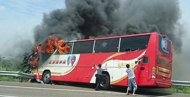 Samtliga 26 ombord omkom vid en bussbrand på Taiwan på tisdagen. Förbipasserande försökte förtvivlat hjälpa de instängda passagerarna med brandsläckare. Bild: XinHua/Twitter.