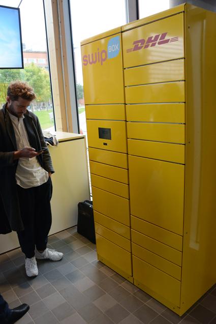 DHL:s paketstation på inomhushållplatsen på elbusslinje 55 i Göteborg. Foto: Ulo Maasing.