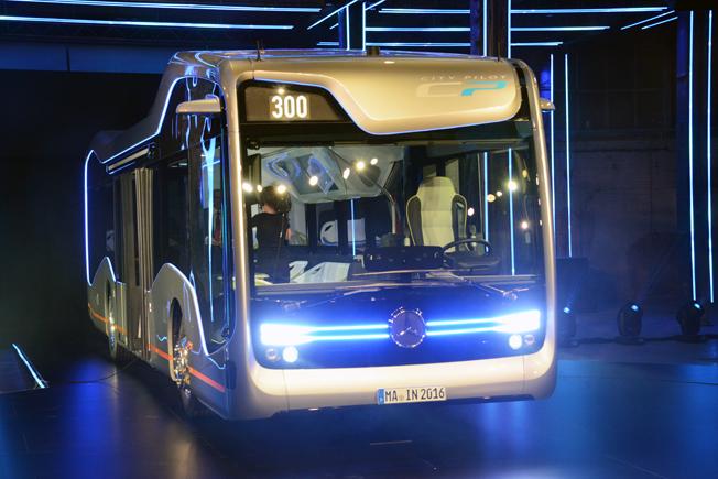 Här kommer Mercedes-Benz framtidsbuss som kan köra sig själv. Bussen premiärvisades på måndagen i Amsterdam. Foto: Ulo Maasing.