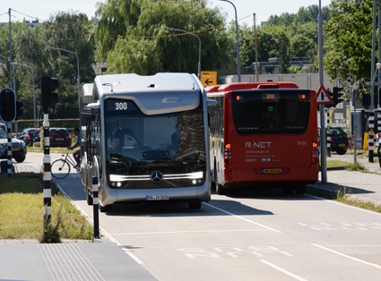 Daimler valde att ha en del av Europas längsta BRT-linje som demosträcka där man visade sin framtidsbuss. Här möter framtidsbussen en av de ordinarie bussarna på Amsterdams linje 300. Foto: Ulo Maasing.