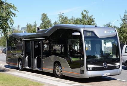 Framtidsbussen har dubbla mittdörrar för av- och påstigning. Foto: Ulo Maasing.
