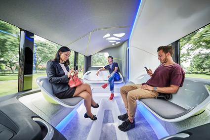 Interiören är ljus, elegant men föga realistisk i vanlig kollektivtrafik med sina sittmöbler och frånvaron av stödstänger. Foto: Daimler Buses.