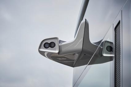 Ett stort antal kameror och radarsensorer skapar en bild av bussens position och vad som finns i omgivningen. Med hjälp av den informationen kan bussen köras automatiskt med centimeterprecision. Foto: Daimler Buses.