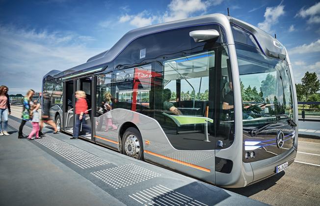 Framtidsbussen så som Merc edes-Benz och Daimler Buses ser den. Bussen är baserad på stadsbussen Citro men har fått en ny design och inredning. Och en helt ny, avancerad teknik. Bild: Daimler Buses.