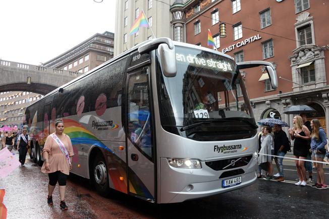 """""""I´m so gay I can´t even drive straight"""" stod det i destinationsskylten på den här flygbussen."""