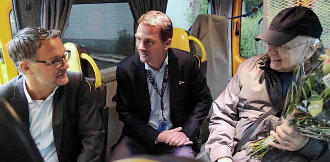 Keolis tog på fredagen över en stor del av servicetrafiken i Värmland, det vill säga sjukresor och färdtjänst. Anders Wahlén, chef för servicetrafiken vid Värmlandstrafik och Keolis´ vd Magnus Åkerhielm välkomnade Lars Bäckskog som gjorde permiärturen i den nya servicetrafiken. Foto: Värmlandstrafik.