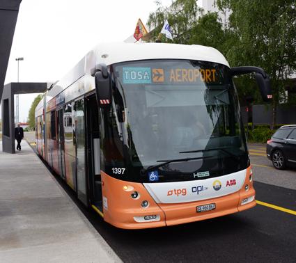 ABB har fått order på laddstationer och elsystem till eldrivna ledbussar från Génève. På en sekund ansluter bussen till laddstationen vid hållplatrsen. Foto: Ulo Maasing.