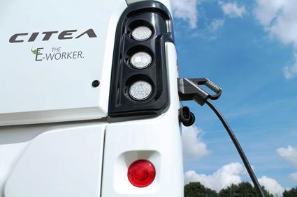 Sladd istället för slang. Nu introducerar VDL en 9,9-meters helt elektrisk version av sin låggolvsbuss Citea. Foto: VDL.