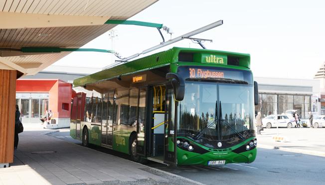 En elbuss från Hybricon på laddstationen vid Umeå flygplats. Foto: Ulo Maasing.