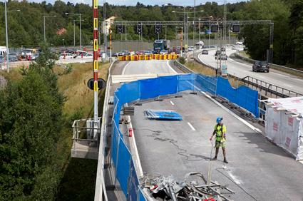 Motorvägsbron i Södertälje är avstängd i södergående riktning. Men bilisterna fortsätter att köa i stället för att åka gratisbuss. Foto: Hans Ekenstang.