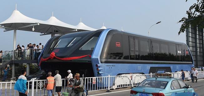 Världens första buss som kör över trafiken började på tisdagen att testas i Kina. Samtliga bilder: Xinhua.