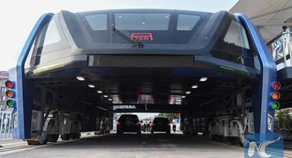 Bussen kan köra över två körfält med bilar.
