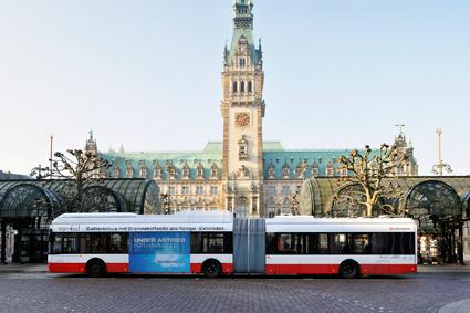Bland de bussar som testas i Hamburg finns två 18 meter långa Solaris ledbussar med bränslecellsdrivna räckviddsförlängare. Tekniken är mycket intressant anser man på utvecklingsbolaget HySolutions. Foto: Hochbahn.