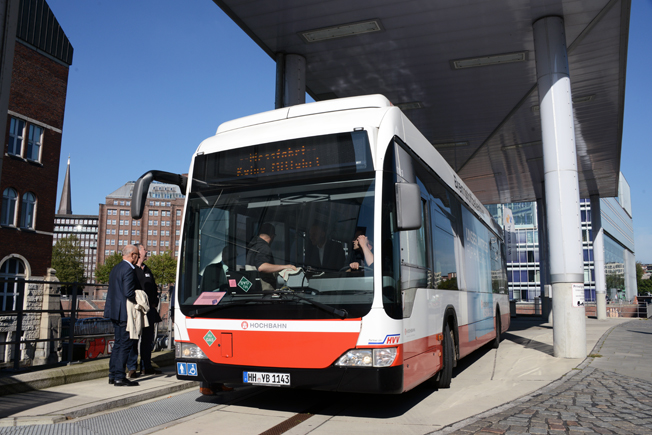 En av bränslecellsbussarna som går på innovationslinje 109 vid vätgasmacken. Foto: Ulo Maasing.