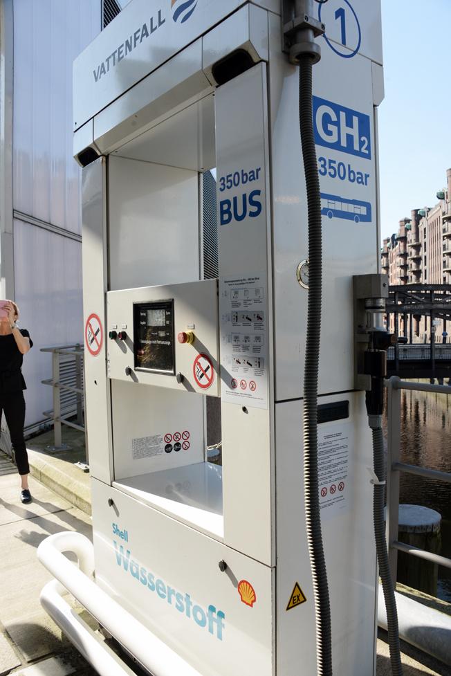 Vätgasmack i Hamburg. Förutom att vätgasbussarna tankas här är macken öppen även för andra bränslecellsfordon. Foto: Ulo Maasing.