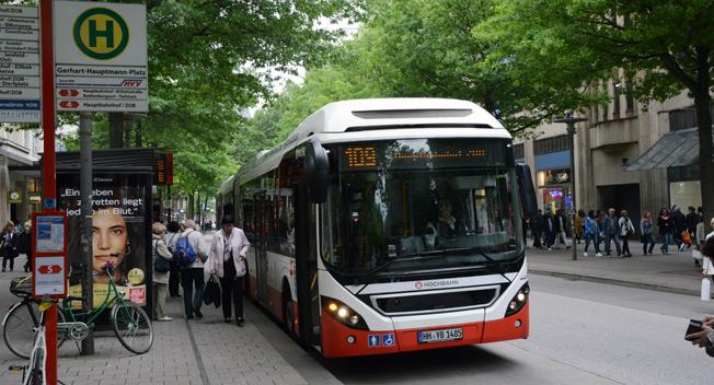 En hybridbuss på Hamburgs unika innovationslinje 109, här på shopping- och bussgatan Mönckebergstrasse i centrala Hamburg. Foto: Ulo Maasing.