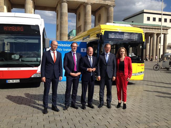 För att öka efterfrågan och pressen på busstillverkarna har Tysklands två största städer enats om att köpa minst 200 utsläppsfria bussar om året. Avtalet skrevs under av cheferna för städernas tre lokaltrafikföretag samt Berlins borgmästare Michael Müller (tvåa från höger) och Hamburgs borgmästare Olaf Scholz (mitten). Foto: Hamburger Verkehrsverbund.