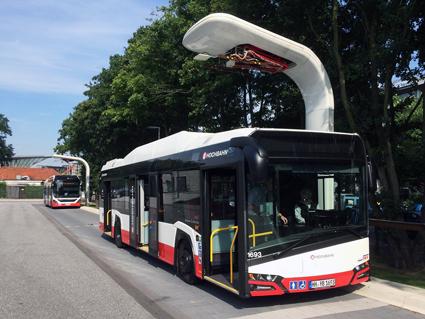 Siemens har utvecklat laddsystem för elbussar för Hamburgs unika linje 109 där både batteribussar från Solaris och elhybrider från Volvo går i trafik. Foto: Hochbahn.