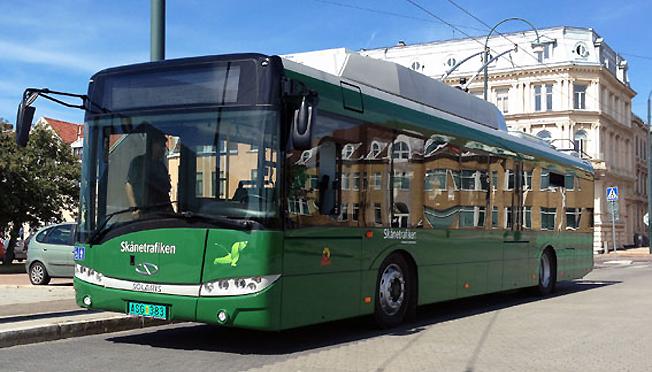 Håller vad den lovade. Erfarenheterna från det treåriga försöket med en slideinbuss i Landskrona är goda. I försöket har man använt en trådbuss från Solaris som har ett kraftfullt batteripaket. Här är bussen inför leveransen till Landskrona år 2013. Foto: Solaris.