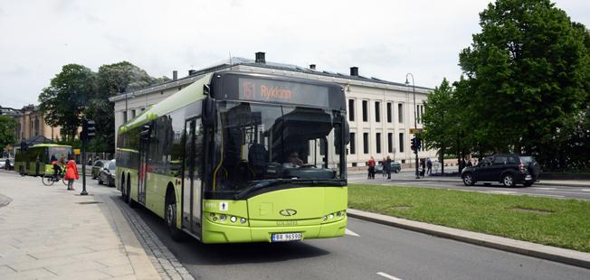 Resandet med kollektivtrafik ökar betydligt snabbare i Norge än i Sverige. Här passeerar en av Ruters bussar universitetet i Oslo. Foto: Ulo Maasing.
