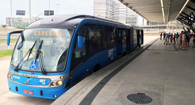 En av BRT Rios ledbussar vid plattformen på en av systemets 102 stationer. Foto: Paul van Doninck.