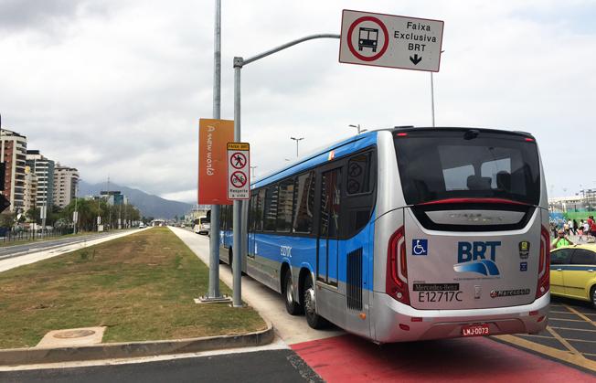 En av BRT-bussarna i Rio kör in på den exklusiva bussvägen.