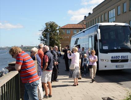 Kryssningsturister på sightseeing på Fjällgatan i Stockholm. Foto: Ulo Maasing.