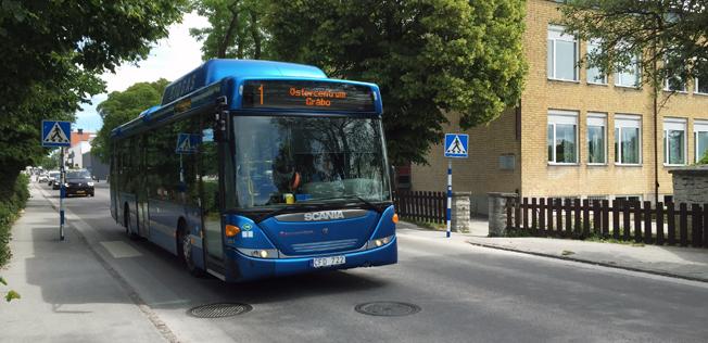 En av Gotlandsbuss´ biogasbussar i stadstrafiken i Visby. Nästa år byter företaget åtta av sina bussar till nya bussar som drivs med HVO. Biogas Gotland är oroat över att en del av deras marknad försvinner. Foto: Ulo Maasing.