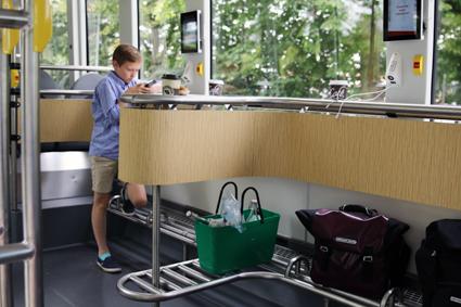 Det ska vara möjligt att ställa ifrån sig väskan utan att den blir smutsig på golvet. Foto: Veryday.