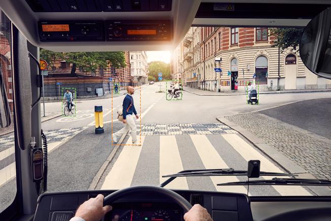 Volvos nya Pedestrian and Cyclist Detection System varnar fotgängare och cyklister som rör sig riskabelt nära bussen. Även föraren varnas. Bild: Volvo.