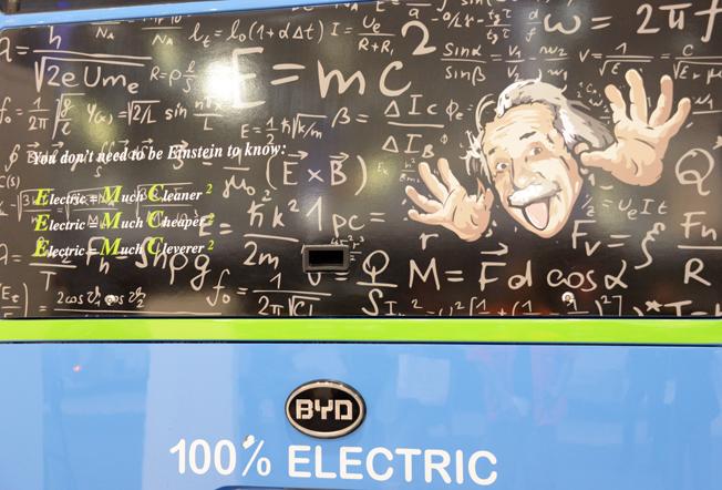 Föga blygsam reklam från BYD – man behöver inte vara någon Einstein för att begripa fördelarna med elbussar. Foto: Ulo Maasing.