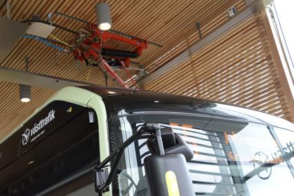 En elbuss laddas på en inomhushållplats i Göteborg. Foto: Ulo Maasing.