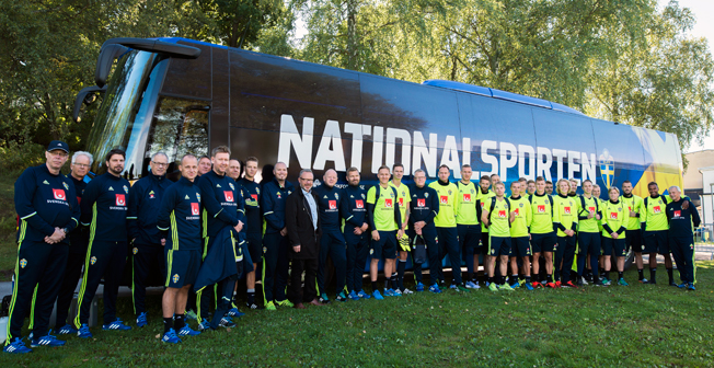 Fotbollslandslaget vid sin nya buss som förhoppningsvis för dem till seger vid tisdagens VM-kval mot Holland. Foto: Björks Buss.