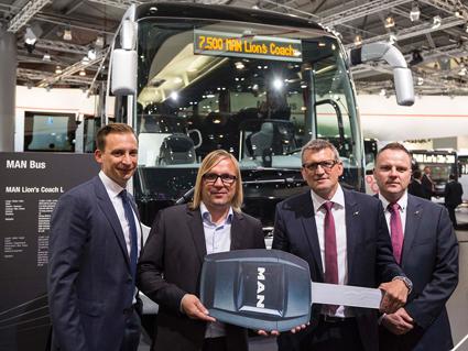 Lars Tscheschke från det tyska bussföretaget Der Krostitzer fick på IAA ta emot en symbolisk nyckel till den 7500:e MAN Lion´s Coach. Foto: MAN.