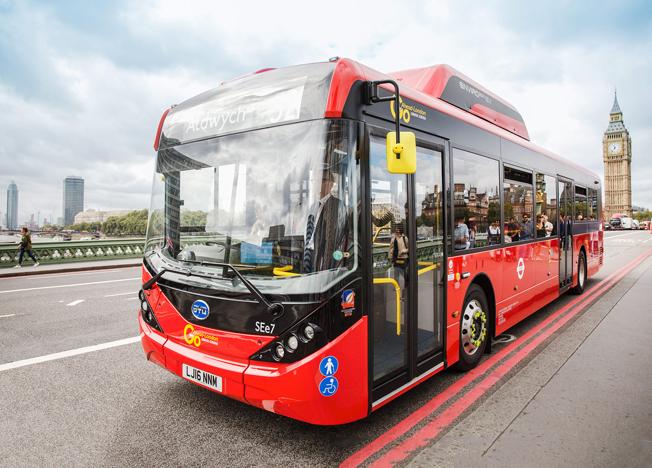 Europas hittills största elbussflotta sattes i trafik i London på fredagen då 51 enplansbussar från BYD/Alexander Dennis började trafikera två linjer i centrala London.
